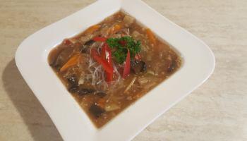 Danie z wołowiny z makaronem sojowym w sosie sezamowym
