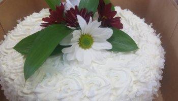 Tort śmietankowy ozdobiony kwiatami