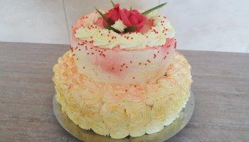 Tort dwupiętrowy, śmietankowo-owocowy, czerwono-złoty