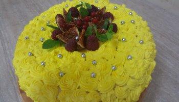 Tort o smaku cytrynowym ze śmietaną i owocami