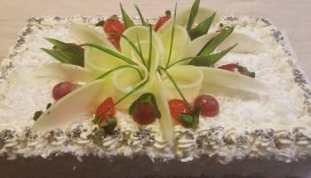 Tort o smaku czekoladowym przybrany owocami