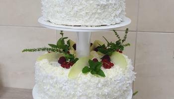 Piętrowy tort urodzinowy