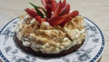 Tort bezowy na biszkopcie