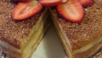 Ciasto biszkoptowo-jabłkowe z dekoracja z truskawek