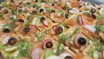Krakersy z łososiem